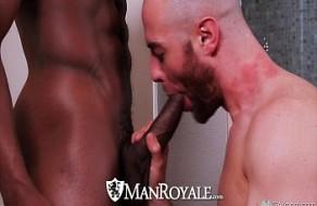 Mec gay suce grosses bites tandis que baisée puis obtient un soin.