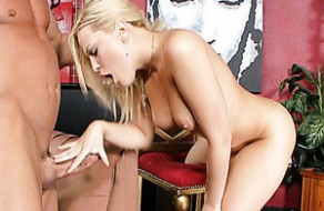 La jolie blonde blonde Alexis Texas agit comme une cow-girl sur la bite de Billy Glide
